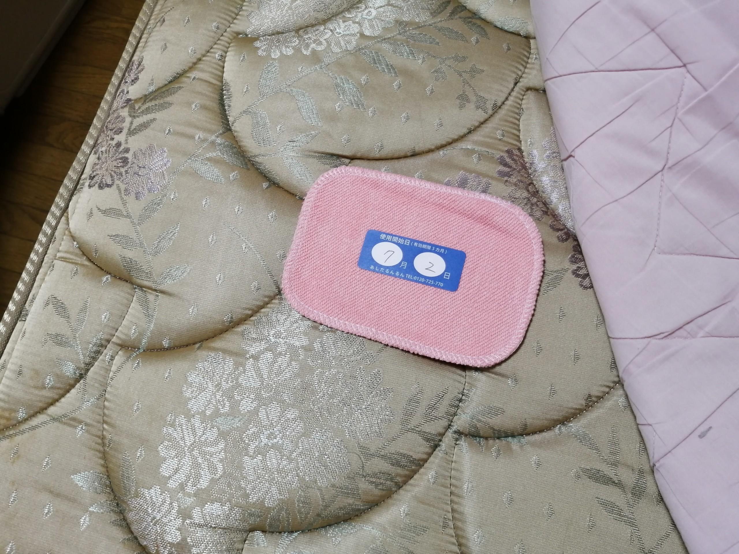 ベッドに設置したダニ取りシート